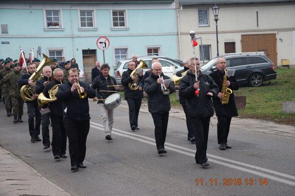 Orkiestra dęta ulicami miasta z kościoła pw. św. Mikołaja do skwerku przy pomniku Marszałka Józefa Piłsudskiego
