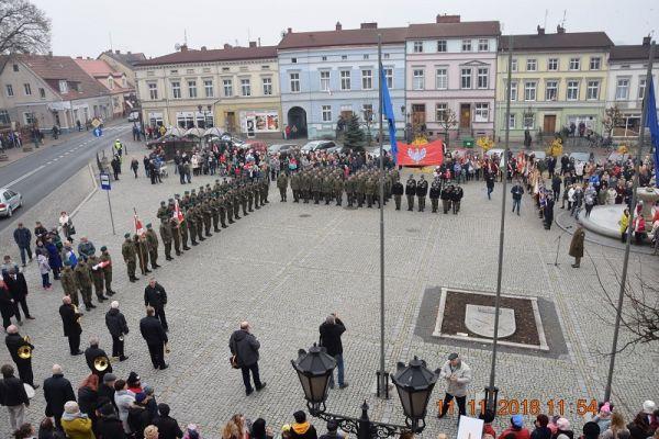 Plac Wolności, Wojsko, Policja, samorzadowcy, mieszkańcy Wałcza, tuż przed wspólnym spiewaniem hymnu