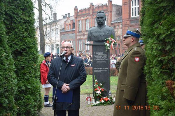Uroczysty apel pamięci z okazji Narodowego Święta Niepodległości, skwerek przy pomniku Marszałka Józefa Piłsudskiego, przemawia Starosta Wałecki Bogdan Wankiewicz