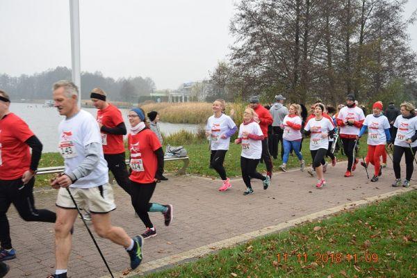 Wałecki Bieg Niepodległości - zawodnicy biegacze i miłośnicy Nordic Walking na trasie