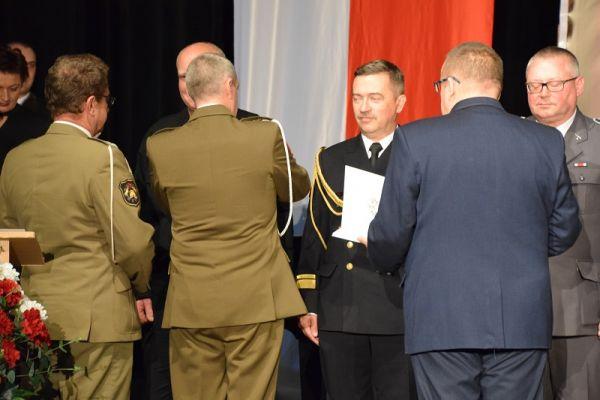 100 Rocznica Odzyskania Niepodległości - na scenie WCK, wyróżnień i odznaczeń dokonuje Komendant 1 RBLog Cezary Balewski