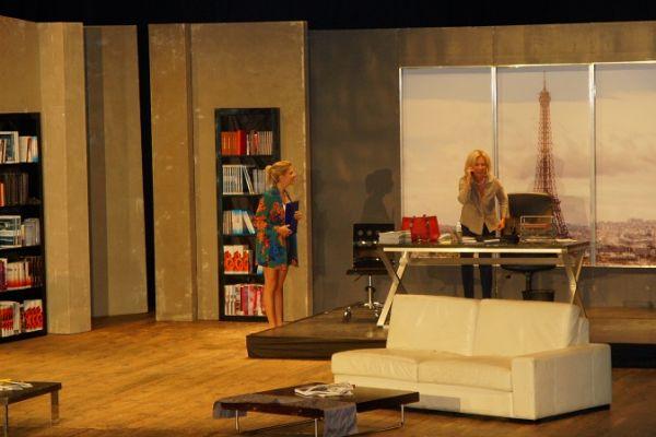 Spektakl pt. Kochanie wróciłem, Maria Pakulnis w swoim gabinecie, w wydawnictwie