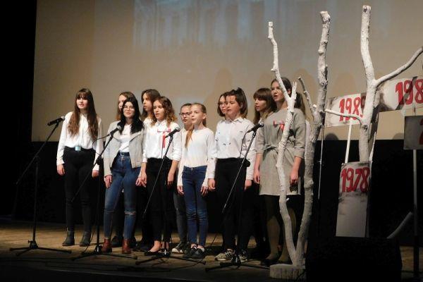 Klasa VII a Szkoła Podstawowa nr 2 w Wałczu występ podczas konkursu Pieśni Patriotycznej na scenie w Wałeckim Centrum Kultury