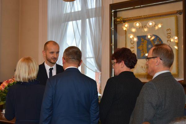 Burmistrz Maciej Żebrowski po ślubowaniu przyjmuje gratulacje od dyrektorów i prezesów jednostek organizacyjnych Urzędu Miasta