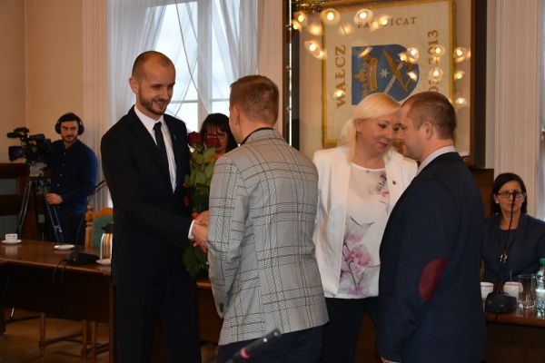 Burmistrz Maciej Żebrowski po ślubowaniu przyjmuje gratulacjie