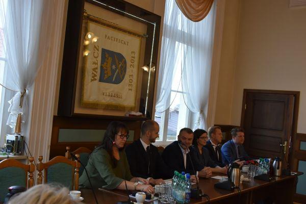 od lewej Rychlik-Łukaszewicz, Żebrowski-burmistrz, Fischer-skarbnik, Kabs-Małecka-sekretarz, Suski-poseł na Sejm RP, Sydor-radca prawny