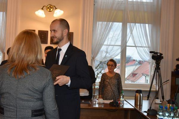 Przewodnicząca Miesjkiej Komisji Wyborczej w Wałczu D. Draus wręcza Burmistrzowi  M. Żebrowskiemu zaświadczenie o wyborze na burmistrza