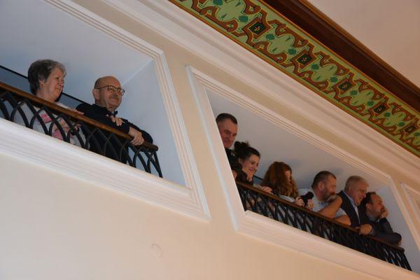 publiczność zgromadzona na balkonie sali sesyjnej