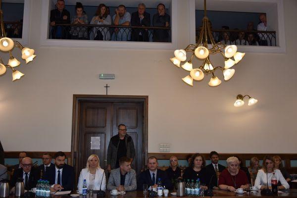 radni VIII kadencji, w tle publiczność obserwująca obrady
