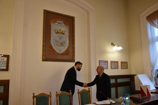 radny Alfred Mikłaszewicz gratuluje Przewodniczącemu  Rady Miasta VIII kadencji Pawłowi Łakomemu
