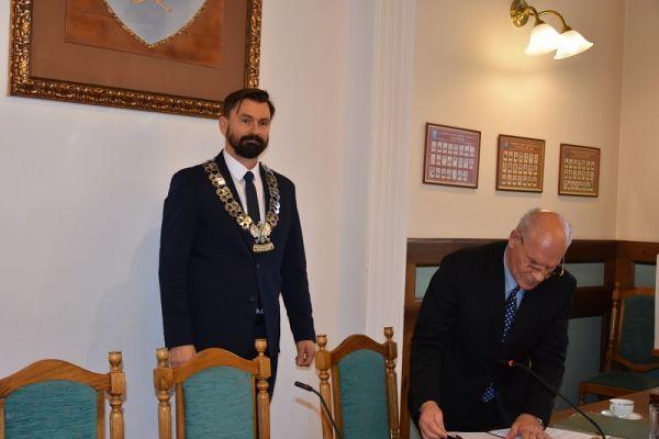 widoczny Przewodniczący Rady Miasta VIII kadencji Paweł Łakomy
