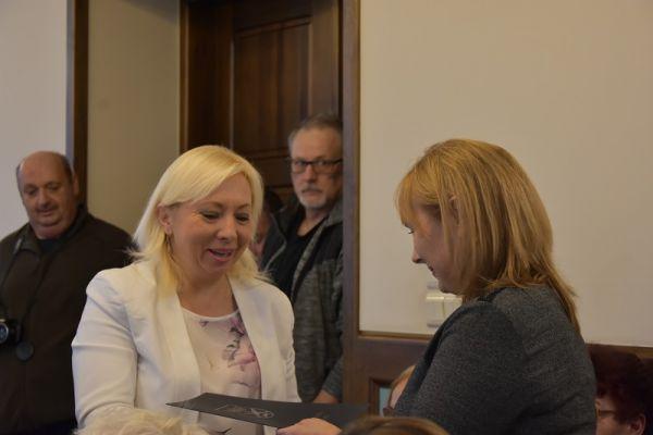 wręczenie zaświadczenia o wyborze przez Dorotę Draus radnej Annie Korzeniewskiej
