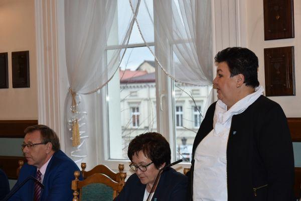 wręczenie zaświadczenia o wyborze  przez Dorotę Draus radnej Halinie Kuch