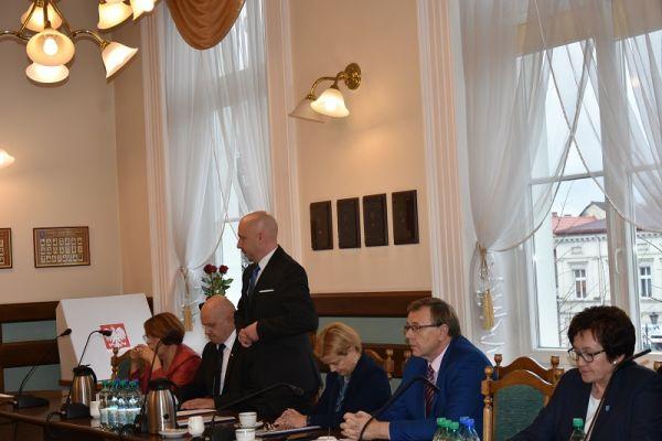 wręczenie zaświadczenia o wyborze  przez Dorotę Draus radnemu Maciejowi Goszczyńskiemu