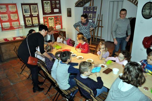 warsztaty mydlarskie, dziecie samodzielnie wykonują zdobione mydełka glicerynowe