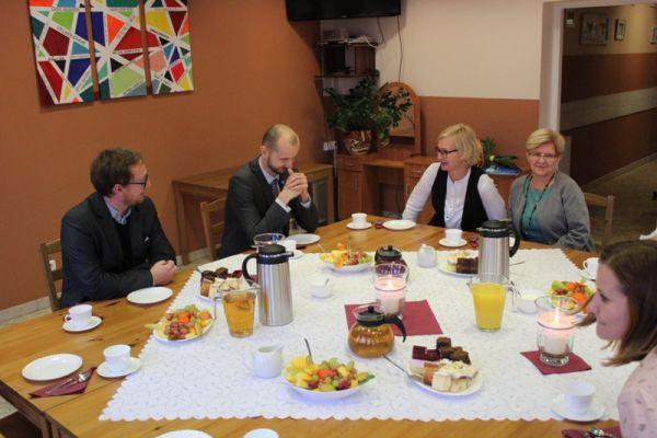 na zdjęciu od lewej Adam Biernacki-wiceburmistrz, Maciej Żebrowski-burmistrz, Anna Baculewska-kierownik ŚDS) oraz pracownice ŚDS