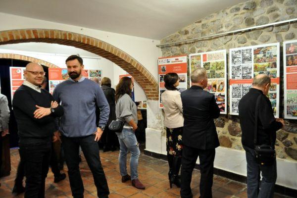 na zdjęciu przewodniczący rady miasta Wałcz Piotr Łakomy oraz pozostali goście zwiedzający wystawę