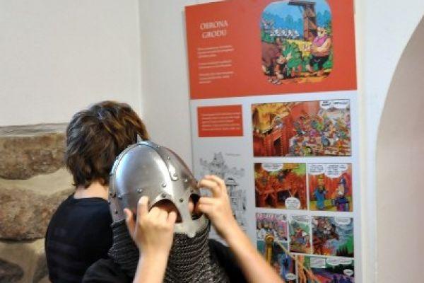 Wernisaż wystawy Kajko i Kokosz, na zdjęciu goście zwiedzający wystawę