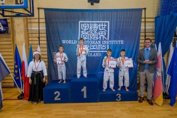 Nagrodzeni na podium_ X Mikołajkowy Turniej Kata z udziałem 200 zawodniczek i zawodników z 9 klubów