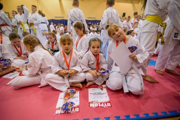 Nagrodzeni z dyplomami i słodyczami _ X Mikołajkowy Turniej Kata z udziałem 200 zawodniczek i zawodników z 9 klubów