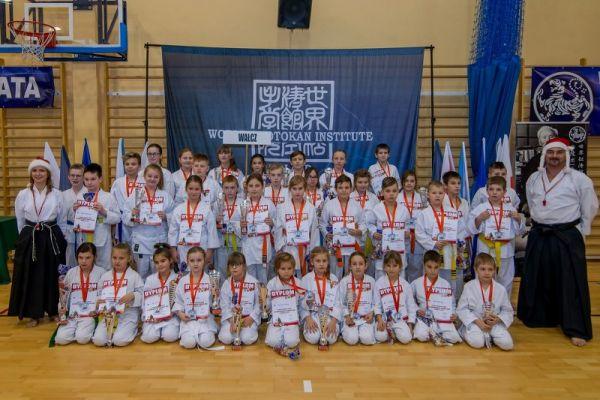 Reprezentacja Klubu z Wałcza podczas X Mikołajkowego Turnieju Kata z udziałem 200 zawodniczek i zawodników z 9 klubów