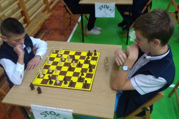 Turniej szachowy - zwycięzcy i organizatorzy