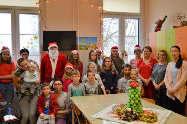 Zdjęcie przedstawia małych pacjentów 107 wałeckiego szpitala wraz z rodzicami. Są również lekarze, pielęgniarki, nauczycielka wraz z dziećmi oraz oczywiście święty Mikołaj
