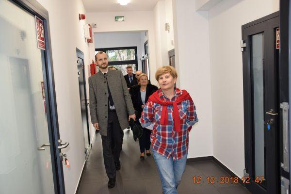 Zakład Aktywności Zawodowej - wewnątrz, na zdjęciu widoczni Jolanta Pawlus, Maciej Żebrowski-burmistrz miasta Wałcz i Jolanta Wegner-vicestarosta