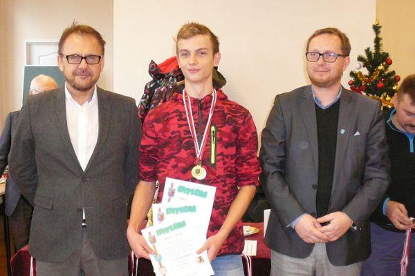 Wręczenie dyplomów i medali przez wiceburmistrza Adama Biernackiego