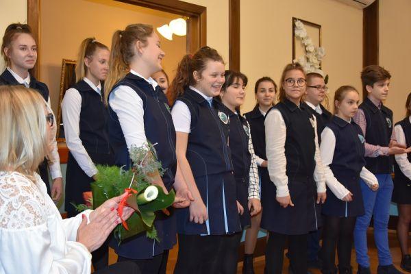 Występ artystyczny dziecie ze Szkoły Podst. Nr 1 podczas uroczystości Złotych Godów