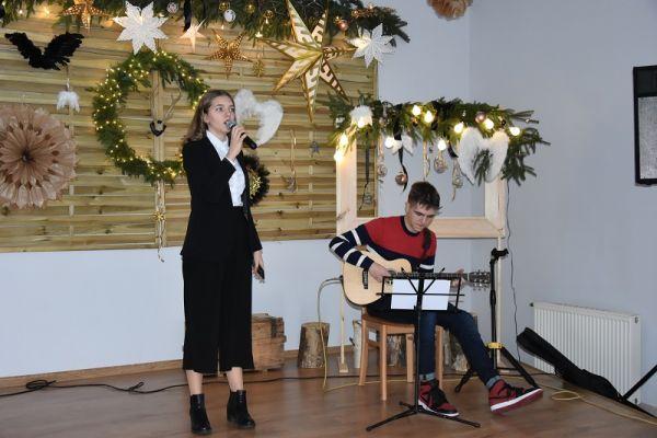 II Gala Ekonomii Społecznej w Wałczu, występ Dominiki Ptak, na gitarze przygrywa brat Dominiki - Damian Ptak