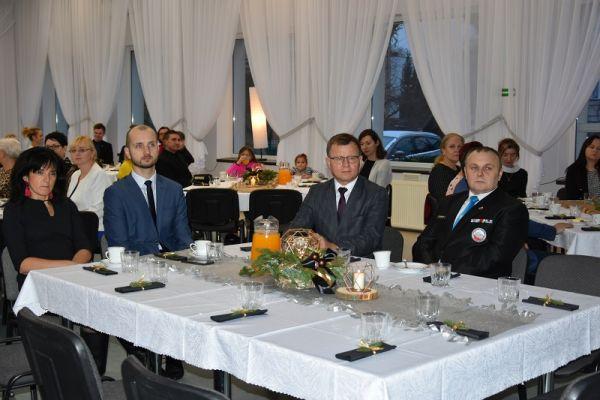 przy stole siedzi od lewej Agnieszka Łyskawa-viceburmistrz, Maciej Żebrowski-burmistrz, Andrzej Stec-społecznik i wolontariusz