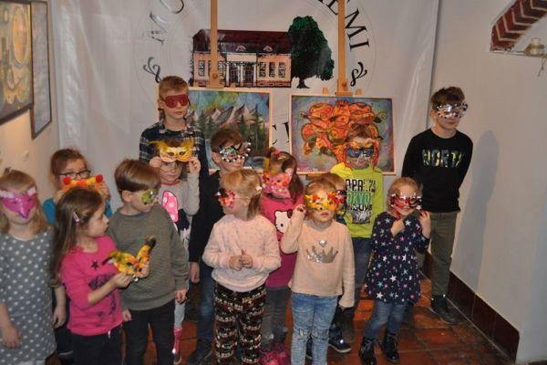 Prezentacja stworzonych przez dzieci masek karnawałowych