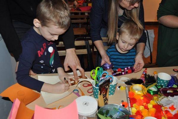 Tworzenie unikatowych masek karnawałowych, wspólna praca dzieci i pomoc rodziców