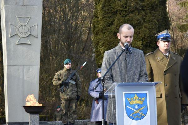 Burmistrz miasta Wałcz M. Żebrowski podczas przemówienia na Cmentarzu Wojennym