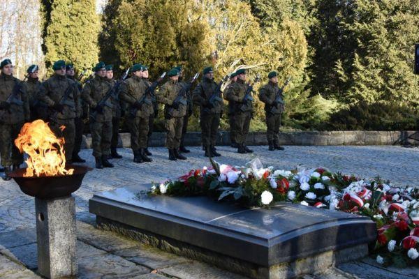 Cmentarz Wojenny - złożone wieńce i kwiaty