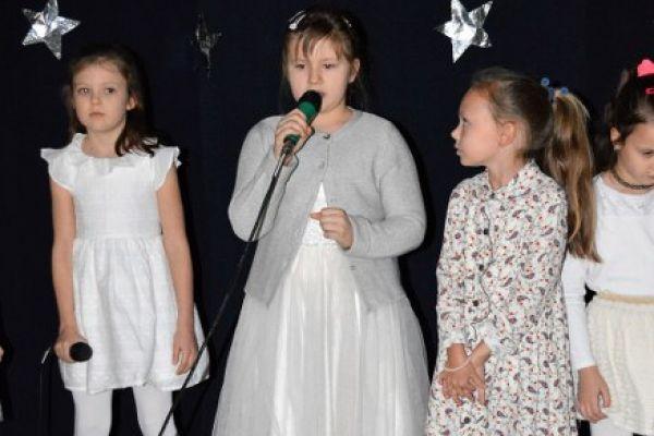 Zdjęcie przedstawia 4 wokalistki z klasy 2. Wszystkie dziewczynki ubrane są na biało, ponieważ wykonywały piosenkę o zimie.