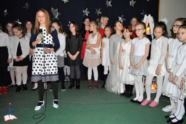 Zdjęcie przedstawia wszystkie dzieci z SP 5 występujące w koncercie zimowo-walentynkowym