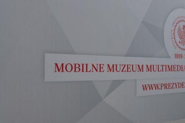 widniejący napis muzeum mobilne muzeum multimedialne