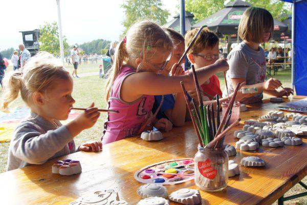 dzieci malują figury gipsowe