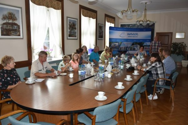 członkowie stowarzyszenia na sali konferencyjne
