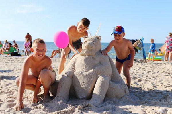 zabawy w piasku na plaży