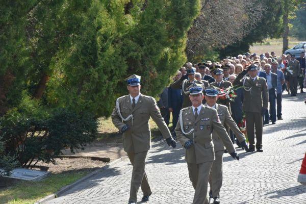 wprowadzenie wojska na cmentarz