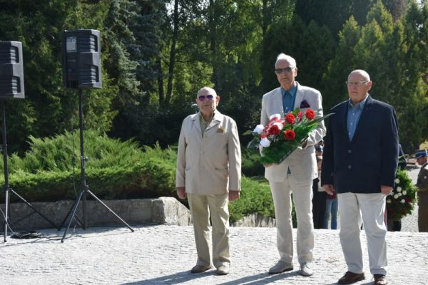 delegaci składający kwiaty