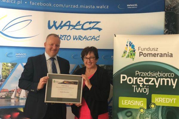 wspólne zdjęcie burmistrz i przedstawiciel funduszu Pomerania