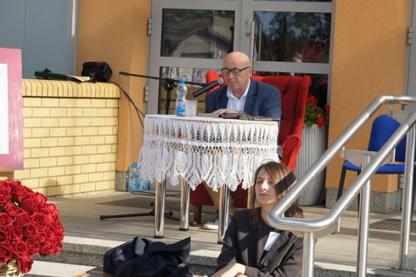 czytanie fragmętu przedwiośnia przez prorektora Państwowej Wyższej Szkoły Zawodowej Mareka Olesiak