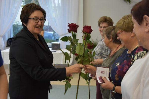 Burmistrz Maista Wałcz składa podziekowania na ręce emerytowanych pracownków oświaty