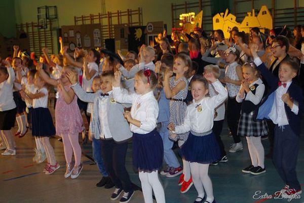 Pasowanie na ucznia w Szkole Podstawowej nr 2 w Wałczu; Ślubowanie klas 1
