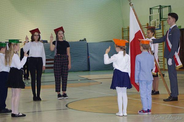 Pasowanie na ucznia w Szkole Podstawowej nr 2 w Wałczu; Ślubowanie klas 1 i klas 7